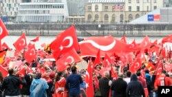 Des immigrés turcs en Allemagne lors d'une manifestation en faveur du président turc Recep Tayyip Erdogan à Cologne, le dimanche 31 juillet 2016
