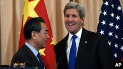 Menlu China Wang Yi dan Menlu AS John Kerry dalam konferensi pers bersama di Washington, DC, Selasa (23/2).