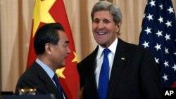 El secretario de Estado, John Kerry, conversa con su homólogo chino, Wang Yi, al terminar las conversaciones sobre Corea del Norte.