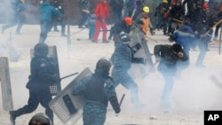 22일 우크라이나 수도 키예프에서 벌어진 반정부 시위 현장에서 시위대와 경찰의 충돌로 사망자가 발생했다.