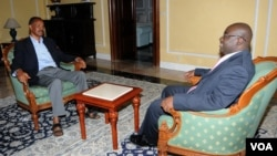 VOA'S Peter Clottey (r) interviewing Eritrea President Isaias Afewerki (l)