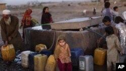 Para pengungsi mengantri untuk mengambil air di dekat penampungan pengungsi di luar wilayah Islamabad, Pakistan (Foto: dok). Koordinator senior PBB menyerukan bantuan mendesak sebesar $79 juta untuk membantu para pengungsi di wilayah ini.