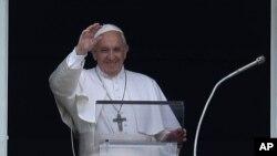 សម្តេចសង្ឃកាតូលិកប៉ាប ហ្វ្រង់ស៊ីស អញ្ជើញដល់ទីលាន St. Peter ដើម្បីធ្វើការអធិដ្ឋានរួមគ្នាដ៏ធំមួយ ក្នុងបុរីវ៉ាទីកង់ កាលពីថ្ងៃទី៧ ខែកក្កដា ឆ្នាំ២០១៩។