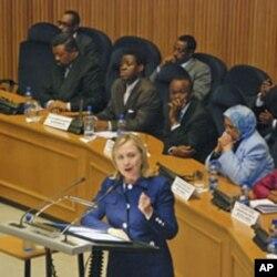 ລັດຖະມົນຕີການຕາງປະເທດສະຫະລັດ Hillary Clinton ກາວຄຳປາໃສຕ ສະຫະພາບອາຟຣິກາ ຫລື AU ທ ປະກອບດວຍ 53 ປະເທດສະມາຊິກ ຢູສຳນັກງານໃຫຍຂອງ AU ທນະຄອນ ຫລວງ Addis Ababa ປະເທດ Ethiopia, ວັນທີ 13 ມີຖຸນາ 2011.