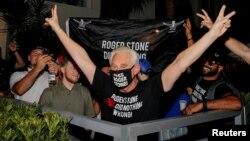 Roger Stone, người bạn và cố vấn lâu năm của Tổng thống Donald Trump, phản ứng sau khi ông Trump quyết định giảm án để ông này khỏi phải đi tù, bên ngoài nhà riêng của ông Stone ở Fort Lauderdale, Florida, ngày 10 tháng 7, 2020.