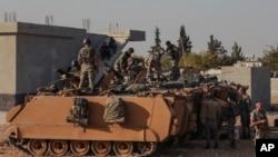 Soldados turcos en una expedición militar hacia la frontera de siria en la provincicia de Sanliurfa, Turquía, octubre 14 de 2019. AP.