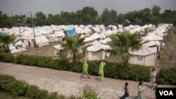 Para korban banjir Pakistan tinggal di tenda-tenda penampungan di luar distrik Nowshera.