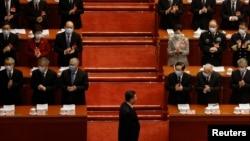 中国领导人习近平走上北京人大会堂的全国人大年度会议开幕式主席台。(2021年3月5日)