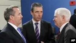 Le ministre britannique de la Défense, Liam Fox (à gauche) s'entretenant à Bruxelles avec le secrétaire général de l'OTAN, Anders Fogh Rasmussen ( au milieu) et le patron du Pentagone, Robert Gates, à Bruxelles