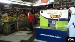 Fasilitas timbangan gratis di pasar tradisional Solo. (VOA/Yudha Satriawan)