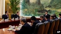 2019年2月15日美国贸易代表罗伯特·莱因希泽(左二)与美国财政部长姆努钦(左)在北京人民大会堂与中国国家主席习近平会谈