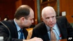 ABŞ-ın mərhum senatoru Con Makkeyn və Rusiya müxalifətçisi Vladimir Kara Murza
