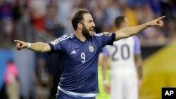 گونزالو هیگوین، مهاجم تیم ملی فوتبال ارژنتاین تایید کرده که این تصمیم به خاطر فشار های سیاسی گرفته شده است.