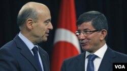Menlu Turki Ahmet Davutoglu (kanan) menerima kunjungan Menlu Perancis Alain Juppe di Ankara (18/11).