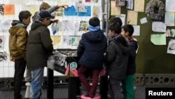 Des enfants migrants jouent dans un camp de réfugiés en Allemagne, le 15 octobre 2015. (Reuters/ Fabian Bimmer)