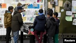 Les enfants migrants jouent dans un camp de réfugiés en Allemagne, le 15 octobre 2015.