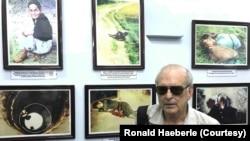 Cựu phóng viên ảnh chiến trường Mỹ Ronald Haeberle bên các bức ảnh ông chụp vụ thảm sát Mỹ Lai năm 1968 được trưng bày tại bảo tàng Sơn Mỹ ở Quảng Ngãi mà ông nói là không được sự cho phép của ông. (Ảnh do nhân vật cung cấp)