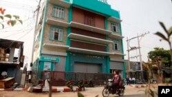 Cảnh sát Myanmar cah gác trước Ngân hàng AGD tại Yangon.