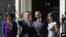 奥巴马总统和夫人24日与英国首相卡梅伦及夫人萨曼莎在唐宁街10号