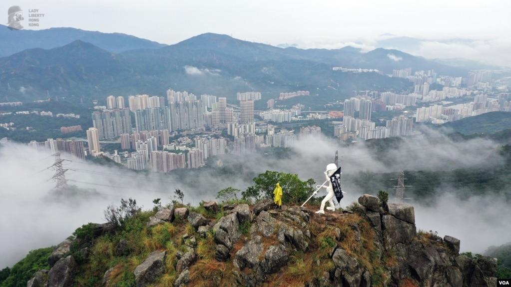 香港抗议者星期天(10/13)在狮子山上竖起自由民主女神像。图片为制作团队提供。
