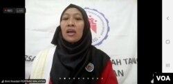 Salah satu perwakilan PRT dalam dan luar negeri membacakan Deklarasi Gerakan 1000 Serbet Nusantara untuk mendesak DPR segera sahkan RUU PPRT, Minggu (4/10).