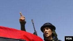Los rebeldes libios, que levantan la bandera del reino de Libia, descartaron una transición con Gadhafi o su hijo.