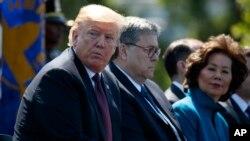 El presidente Donald Trump se sienta con el fiscal general William Barr y la secretaria de Transporte, Elaine Chao, durante el 38.º Servicio Anual de Monumentos de los Oficiales Nacionales de la Paz en el Capitolio de Estados Unidos. Foto de archivo.