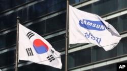 在南韓首爾,三星電子公司的旗幟在南韓國旗旁邊飄動。(2017年1月16日)