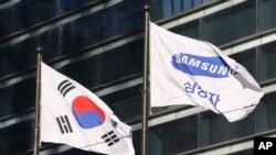 រូបថតទង់ជាតិកូរ៉េខាងត្បូង និងក្រុមហ៊ុន Samsung Electronics នៅក្រុងសេអ៊ូល ប្រទេសកូរ៉េខាងត្បូង កាលពីថ្ងៃទី១៦ ខែមករា ឆ្នាំ២០១៧។