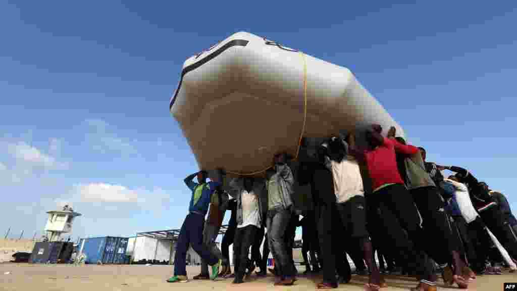 Migrantlarni olib ketayotib halokatga uchragan qayiq. 85 kishi o'lgan. Liviya.