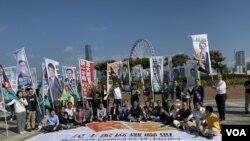 香港民主派舉行區議會選舉造勢活動,高呼五大訴求、一起公投的口號。(攝影: 美國之音湯惠芸)