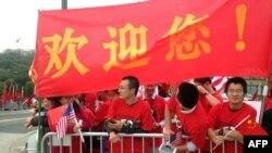 资料照:在美国维吉尼亚理工大学留学的中国学生为欢迎中国领导人习近平访美等候在习近平下榻的酒店前。(2015年9月25日)