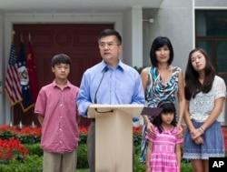 美国驻华大使骆家辉在北京率家人开记者会(2011年8月14日)