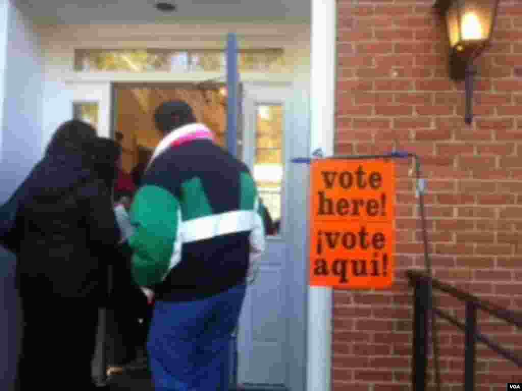 美國東岸馬里蘭州貝塞斯達市清晨的一個投票站 (美國之音張洸華拍攝)
