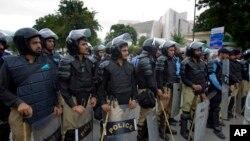 지난 2일 파키스탄 대법원 주변을 지키는 무장 경찰들. 파키스탄 수도 이슬라마바드에서는 최근 테러 경고가 제기되면서 경계가 강화됐다.