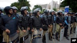 Pakistan Pakistani police officers surround the Supreme Court building Aug 2, 2013. Police are on alert against potential militant attacks in the capital, Islamabad.