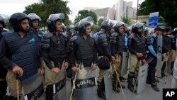 Polisi Pakistan berjaga di sekitar gedung Mahkamah Agung di ibukota Islamabad, Pakistan (Foto: dok).