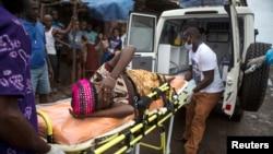 Uma mulher grávida, suspeita de ter o vírus é levada numa ambulância, em Freetown, na Serra Leoa