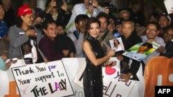 """Diễn viên Michelle Yeoh, thủ vai bà Suu Kyi trong phim """"The Lady"""", chào những người hâm mộ"""