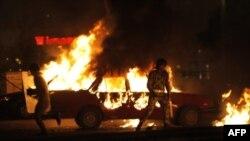 1 chiếc xe bốc cháy trong vụ đụng độ giữa quân đội với người biểu tình ở Cairo, Ai Cập, 9/10/2011