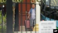 မေလးရွားႏိုင္ငံ ကြာလာလမ္ပူရွိ ေျမာက္ကိုရီးယားသံရုံးက ထြက္လာတဲ့ သံတမန္တဦး ( photo - AP )
