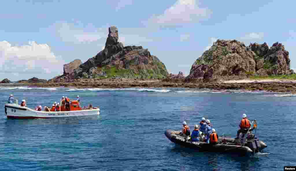 Các tàu của Nhật Bản quanh đảo Minami Kojima mà người Trung Quốc gọi là Nam tiểu đảo 2/9/2012