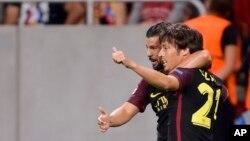 David Silva de Manchester City, à droite, célèbre son but contre le Steaua de Bucarest avec son coéquipier Nolito, à gauche, lors du match de qualification de la Ligue des Champions au stade de l'arène nationale à Bucarest, Roumanie, 16 août 2016.