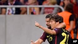 David Silva de Manchester City, à droite, et son coéquipier Nolito, à gauche, célèbrent le but de leur équipe contre le Steaua Bucarest, lors des séries éliminatoires de qualifications de la Ligue des Champions, à l'Arena Stade National de Bucarest, le 16 aout 2016