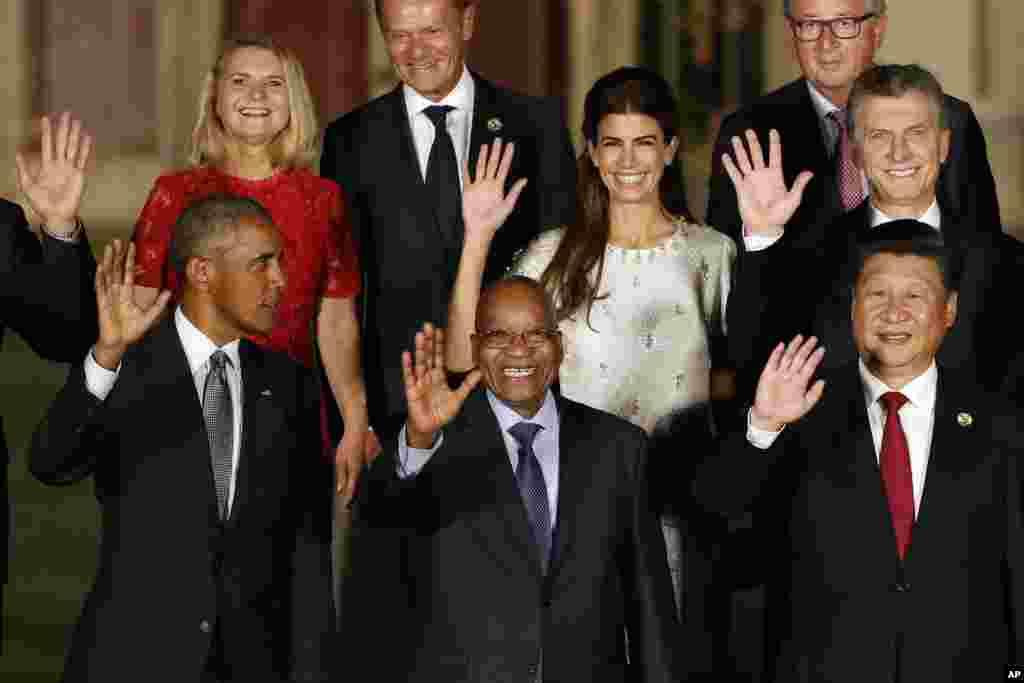 """参加G20杭州峰会的各国领导人的""""全家福""""合影的中间部分(2016年9月4日)。前排左起:美国总统奥巴马,南非总统祖马(Jacob Zuma) ,中国主席习近平"""