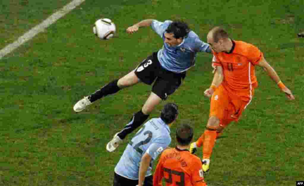 Арьен Роббен (Нидерланды), справа, забивает третий гол (Фото АП / Роберто Кандиа)