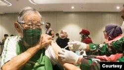 Peserta vaksinasi COVID-19 menerima dosis Sinovac dalam program vaksinasi yang digelar Kodim 0506/Tangerang dan Mall @ Alam Sutera (Courtesy Mall @ Alam Sutera).