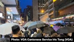 參與中環流水式遊行人士佔據馬路,高舉雨傘,導致交通受阻,但是沒有搗路及衝擊警方,遊行過程大致和平 (攝影:美國之音湯惠芸)