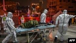 Uma equipa médica no hospital da Cruz Vermelha de Wuhan, a cidade chinesa onde o primeiro caso do novo coronavírus foi detetado. 25 de janeiro 2020