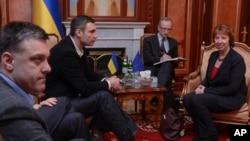 Lãnh đạo đối lập Ukraina Oleg Tjagnibok (trái), Chủ tịch đảng đối lập Ukraina Udar, cựu vô địch quyền anh hạng nặng WBC Vitali Klitschko (thứ hai từ bên trái) trong cuộc hội đàm với trưởng ban chính sách đối ngoại EU Catherine Ashton tại Kiev, ngày 24/2/2014.